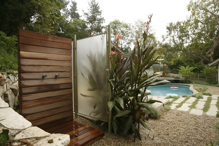 Instalación de ducha en jardín