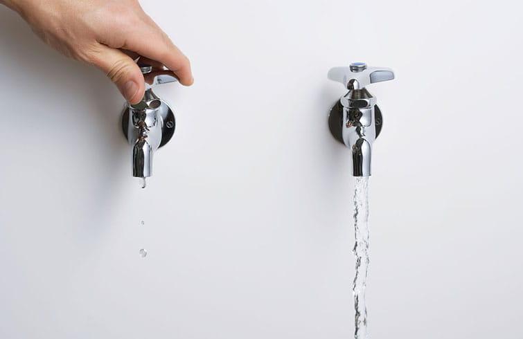 Sinais de estrada de data para economizar água