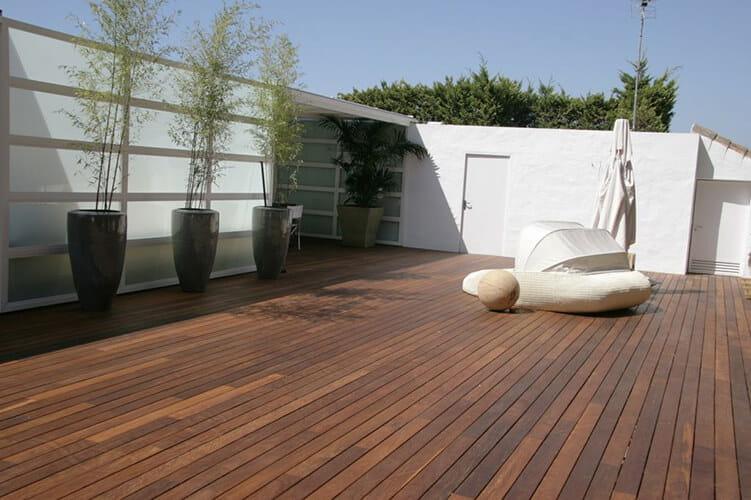 Suelos de madera para tu terraza o porche - Suelos para jardines exteriores ...