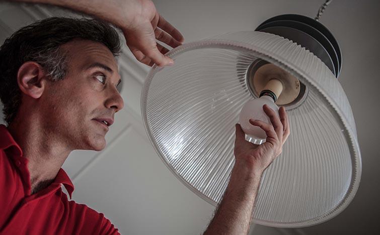 Un técnico de HomeServe lleva a cabo una sustitución de halógenos por led