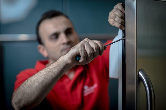 Técnico da HomeServe trocando a borracha em uma geladeira